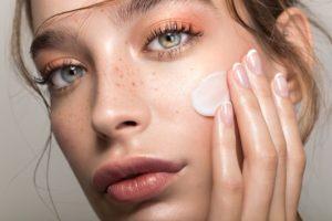 Peeling enzymatyczny do twarzy – jaki wybrać? Ranking najlepszych peelingów