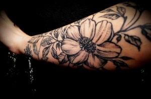 Tatuaż kwiaty – znaczenie popularnych wzorów