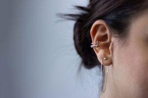 Kolczyk w chrząstce ucha – rodzaje