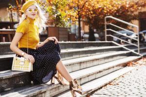 Jak nosić letnie sukienki jesienią?